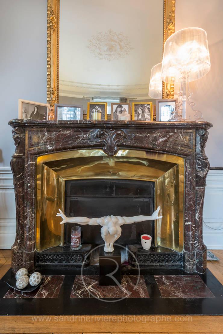 Visite privée d'un appartement haussmannien: Salon de style  par Sandrine RIVIERE Photographie