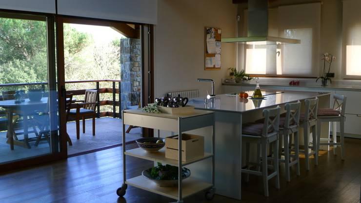 Minos-E: Cocinas de estilo  de COCINAS SANTOS