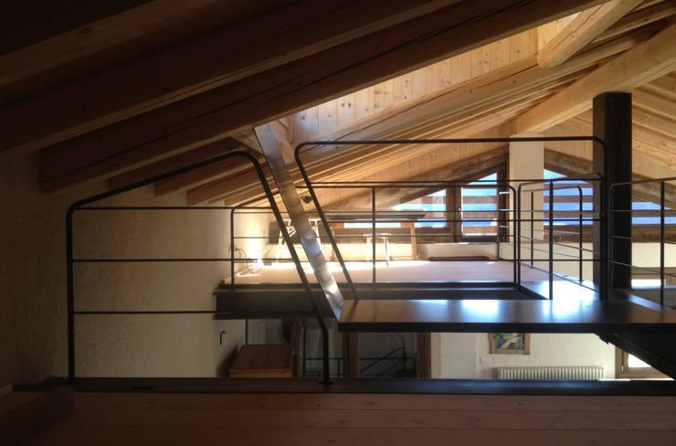 osservatorio: Ingresso & Corridoio in stile  di supercake