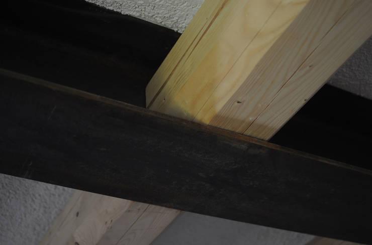 struttura ibrida in legno di abete e acciaio: Soggiorno in stile  di supercake