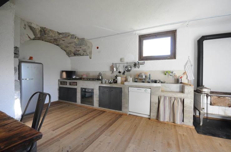 cucina in cemento a vista: Cucina in stile in stile Moderno di supercake