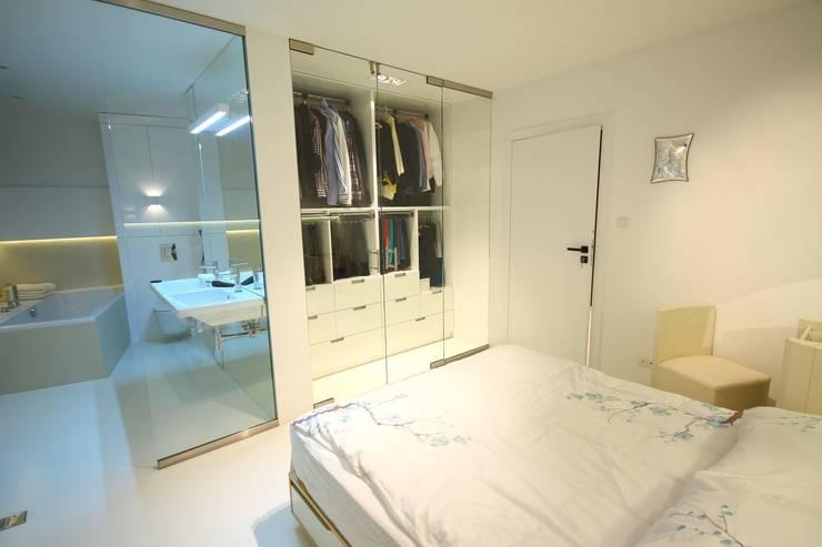 Sypialnia- realizacja, widok na łazienkę prywatną i garderobę za szklanymi drzwiami: styl , w kategorii Sypialnia zaprojektowany przez Orange Studio