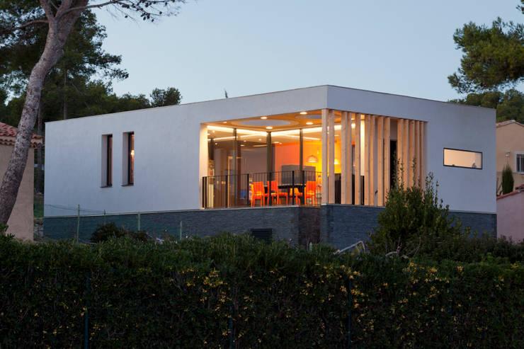 Photo de la villa après travaux: Maisons de style  par Kaboom Architecture