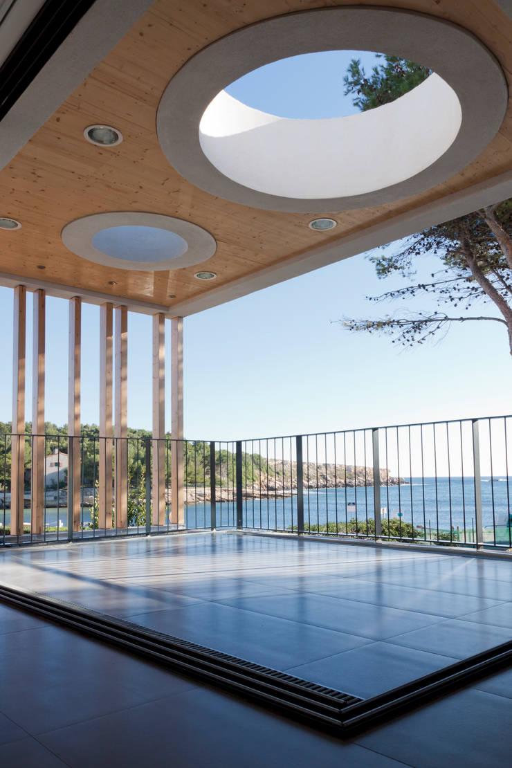 Vue depuis la terrasse créée: Maisons de style  par Kaboom Architecture