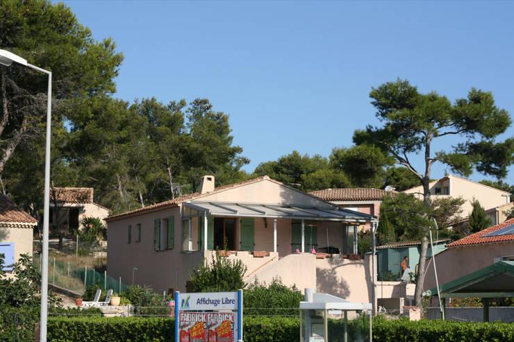 Photo de la villa avant travaux: Maisons de style  par Kaboom Architecture