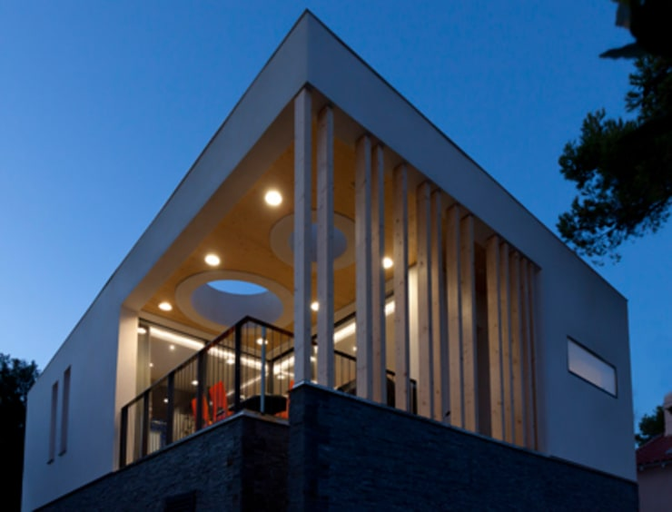 Vue de la terrasse depuis le jardin: Maisons de style  par Kaboom Architecture