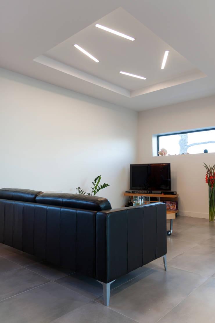 Vue du salon: Maisons de style  par Kaboom Architecture