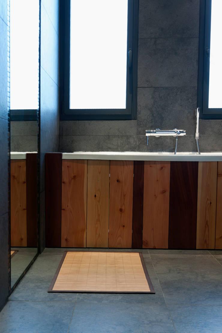Tablier de la baignoire réalisé avec différents bois de récupération du chantier: Maisons de style  par Kaboom Architecture