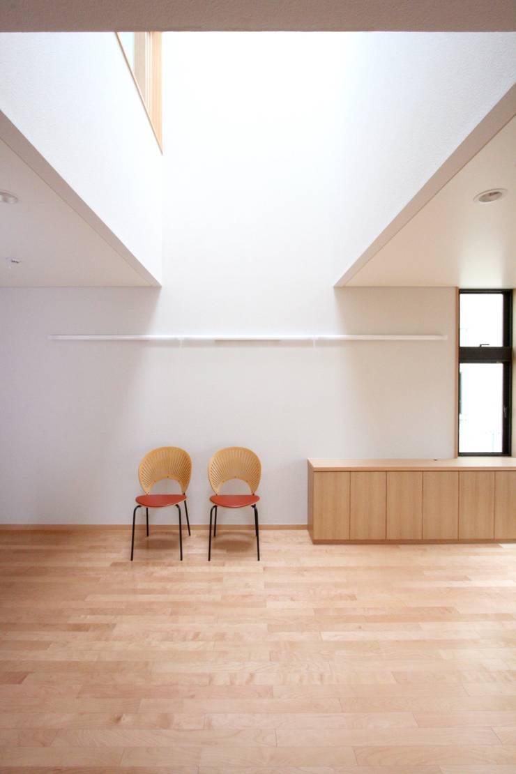 光あふれる吹抜空間: 中川龍吾建築設計事務所が手掛けたダイニングです。,北欧