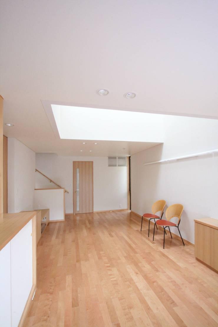 光がふりそそぐリビング: 中川龍吾建築設計事務所が手掛けたリビングです。,北欧