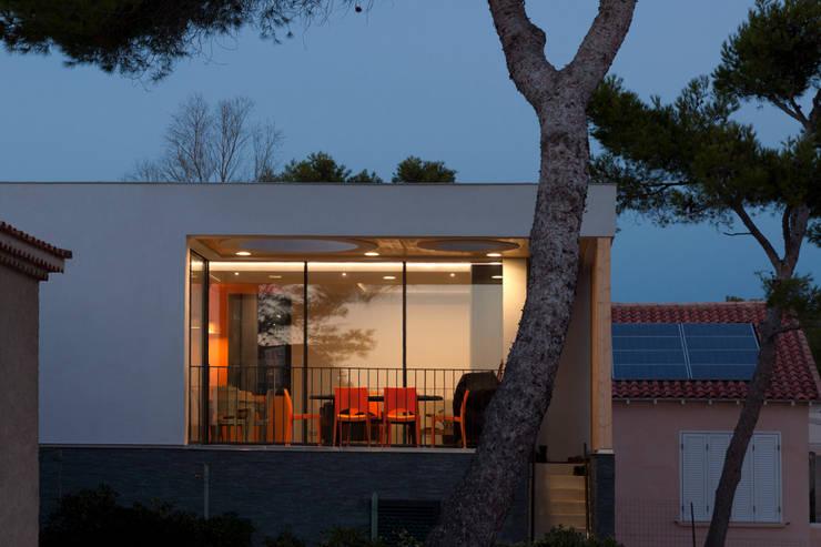 Façade Sud: Maisons de style  par Kaboom Architecture