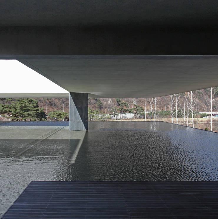 Galerías y espacios comerciales de estilo  por 한울건축