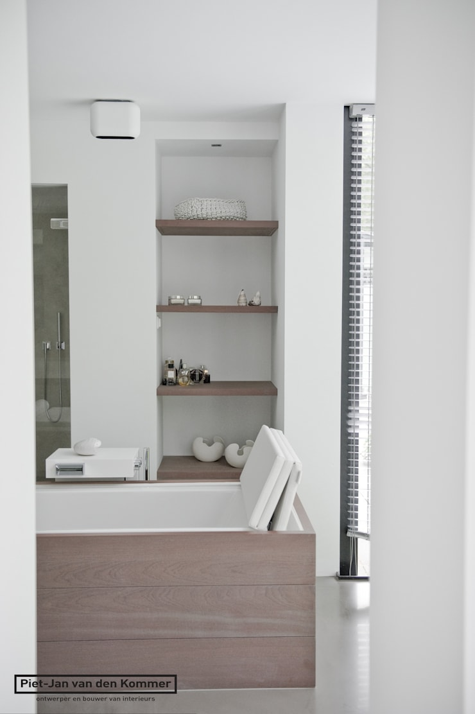 Kamar Mandi oleh Piet-Jan van den Kommer, Modern