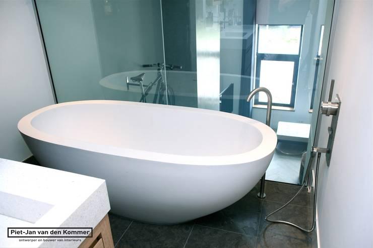 Badkamer Loft:  Badkamer door Piet-Jan van den Kommer,