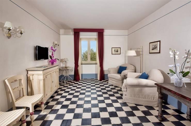 scacchi bianco/nero: Soggiorno in stile  di surrena terracotta falisca srl, Rustico