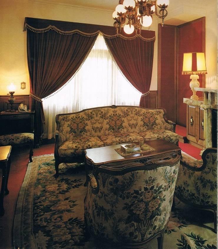 明治西洋館風アンティーク・クラッシック調の家: 株式会社 山本富士雄設計事務所が手掛けた壁です。