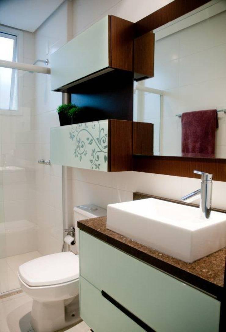 Projeto arquitetônico de interiores para residência unifamiliar. – (Fotos: Lio Simas): Banheiros  por ArchDesign STUDIO