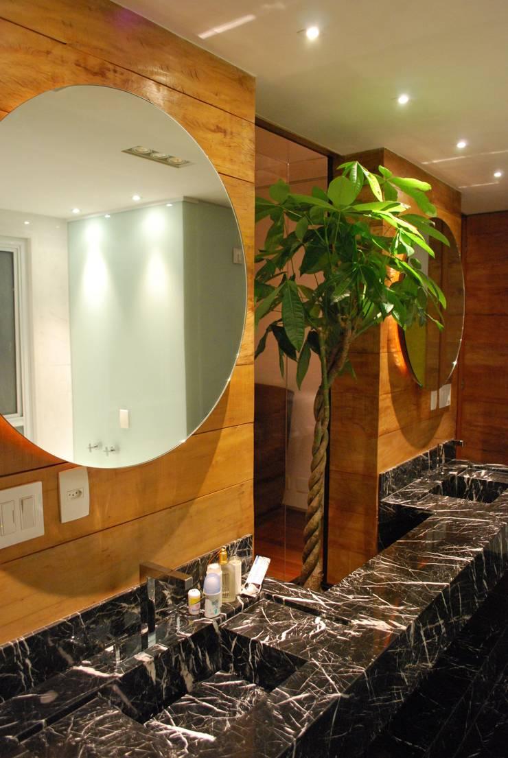Banheiro diferente: Banheiros ecléticos por ArkDek