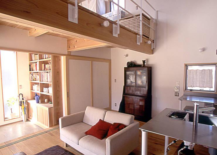 居間: 稲吉建築企画室が手掛けたリビングです。