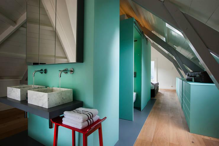 Luxe bad- en slaapkamer in monumentaal pand:  Badkamer door a-LEX