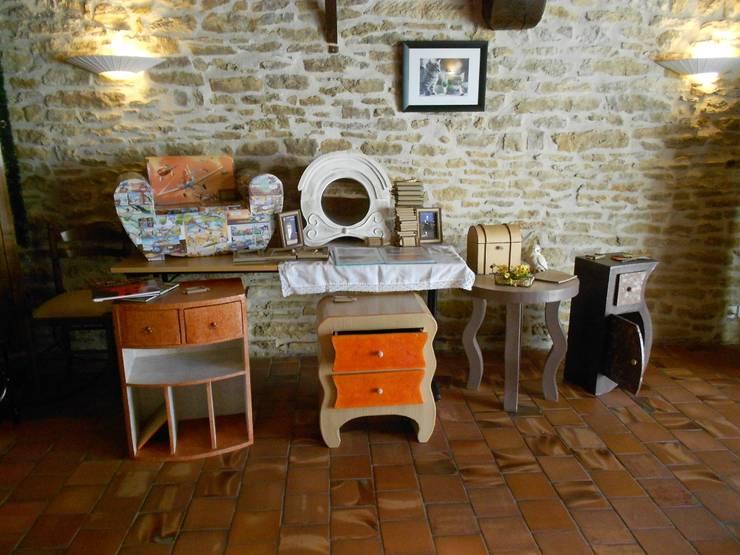 Le charme du carton sur de vieux murs.: Chambre de style  par chouette carton