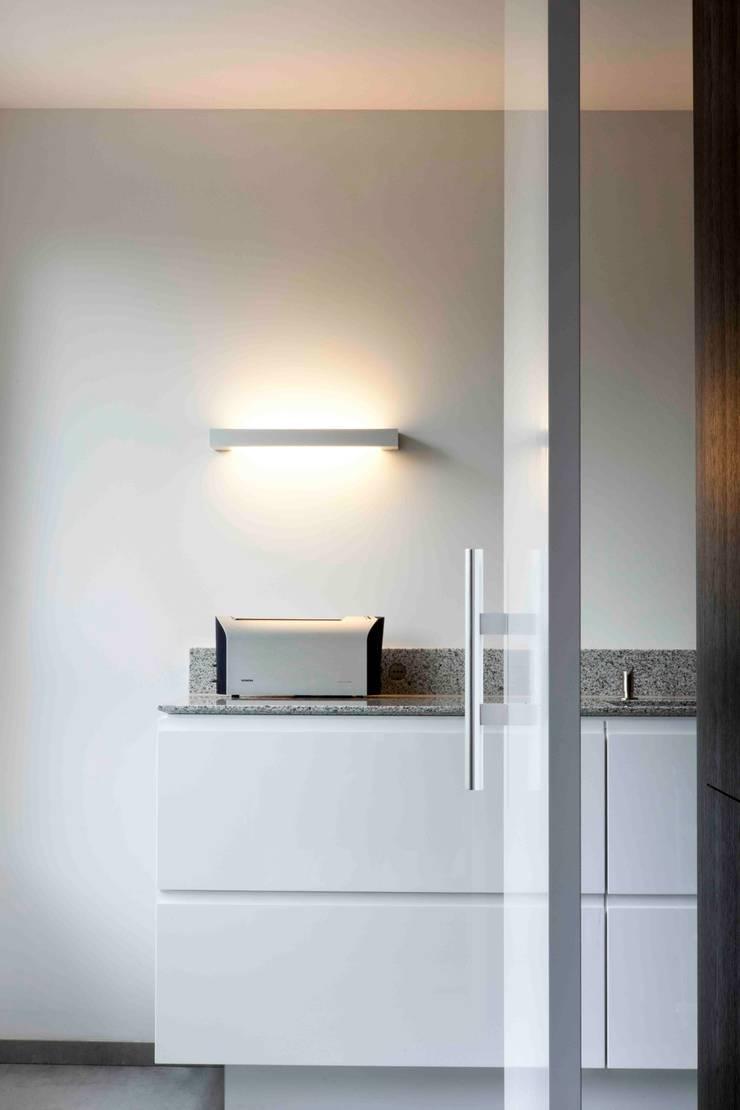 Interne verbouwing 2-onder-1-kap-woning:  Keuken door a-LEX,