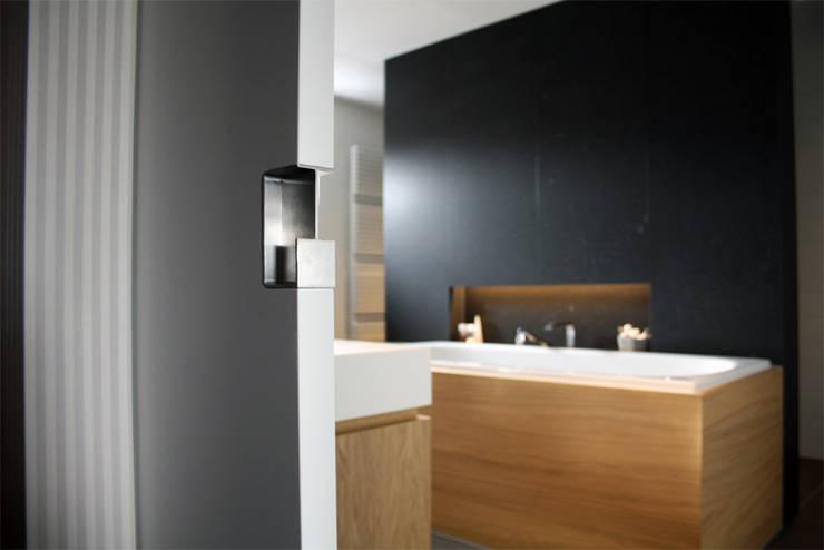 Notariswoning:  Badkamer door a-LEX, Modern