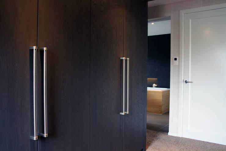 Notariswoning:  Kleedkamer door a-LEX, Modern