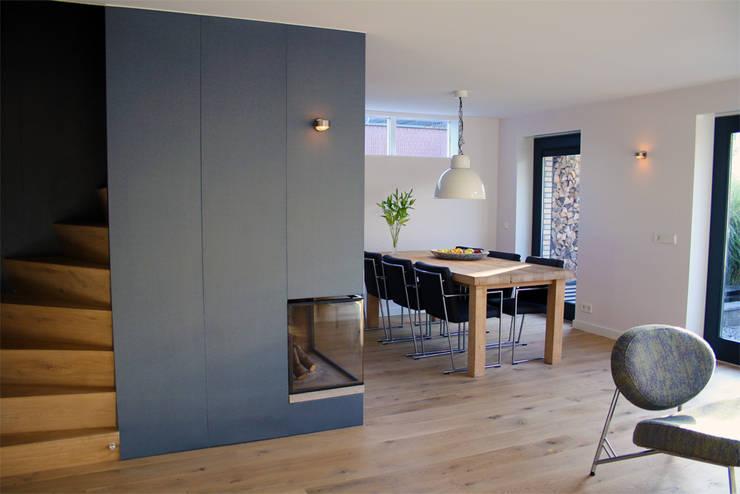 Meer ruimte en verbinding met buiten:  Woonkamer door a-LEX