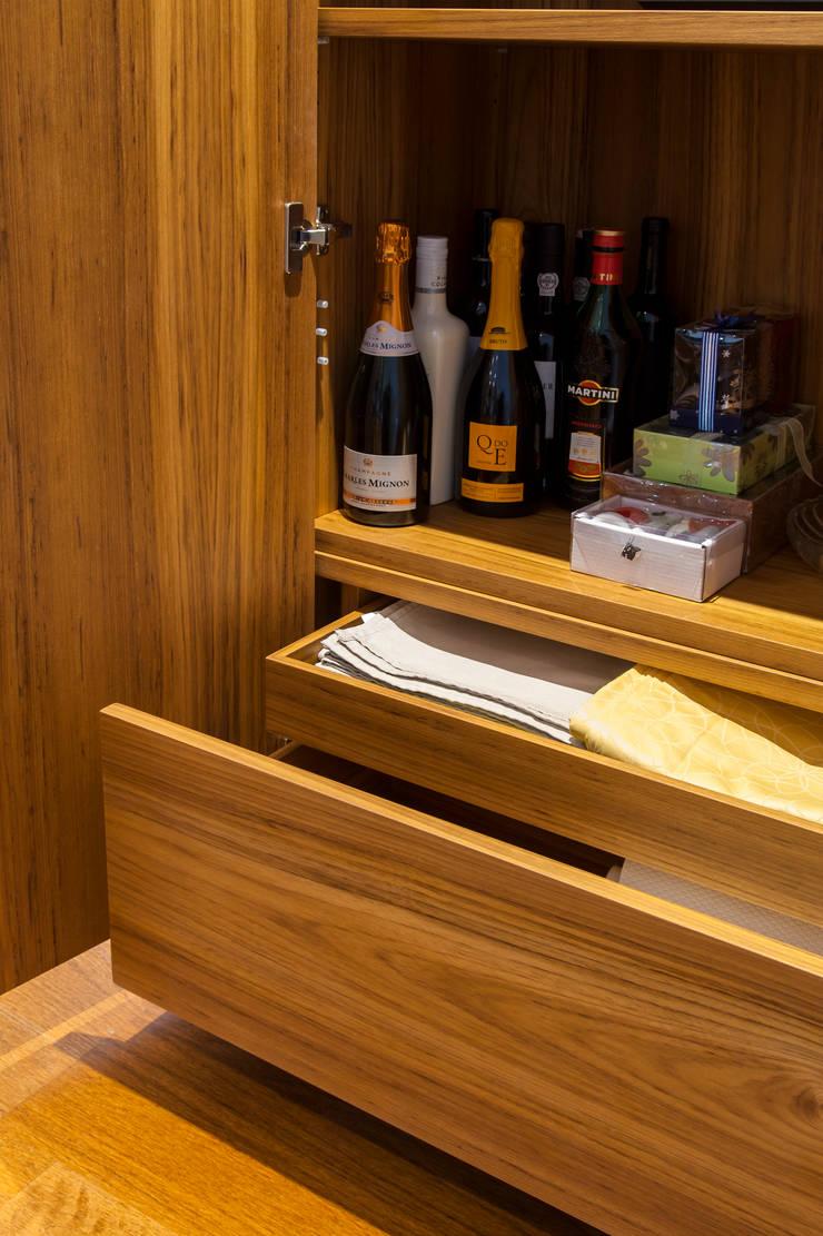 Pormenor do Inteiror do Móvel de sala em Teka: Sala de jantar  por Traço Magenta - Design de Interiores
