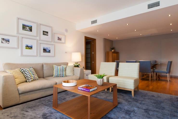 Sala Comum_Zona de Estar e refeições: Salas de estar  por Traço Magenta - Design de Interiores