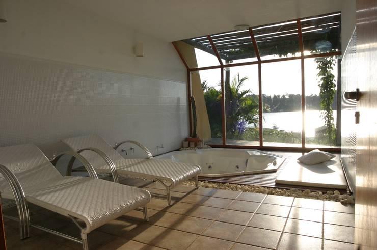 Spa de estilo tropical por Mascarenhas Arquitetos Associados