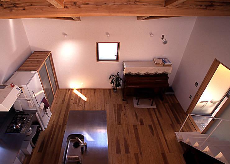 二階からの居間: 稲吉建築企画室が手掛けたリビングです。