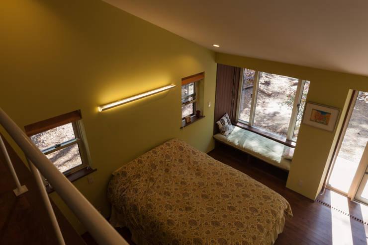 寝室のロフトより寝室を見下ろす: 設計工房 悠が手掛けた寝室です。