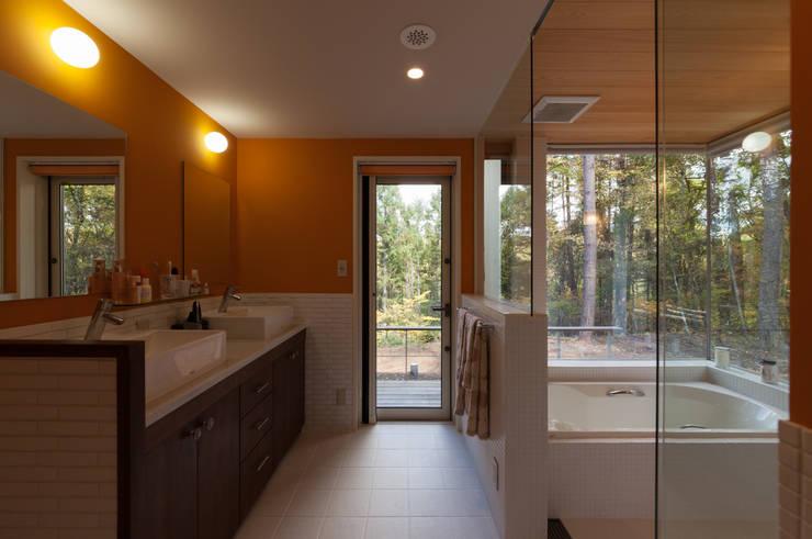 洗面室と浴室: 設計工房 悠が手掛けた浴室です。