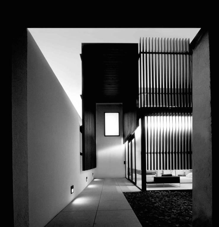ENTRADA NAHARRO SHOWROOM: Casas de estilo  de Naharro