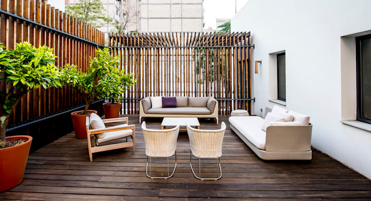 Balcones y terrazas de estilo moderno por Naharro