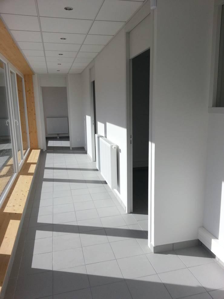 Vue 1 depuis le couloir de distribution: Bureaux de style  par José villot architecte