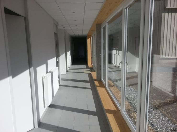 Vue 2 depuis le couloir de distribution: Bureaux de style  par José villot architecte