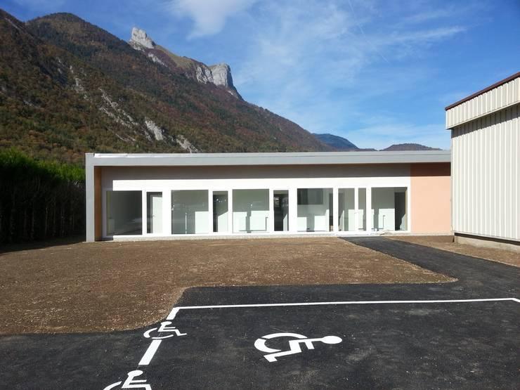 Vue sur la façade sud : Bureaux de style  par José villot architecte