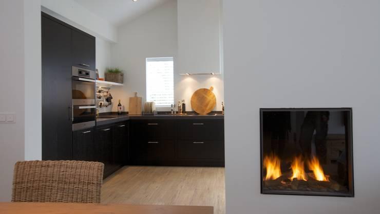 Keuken op maat gemaakt:  Keuken door Antonisseninterieurbouw, Modern