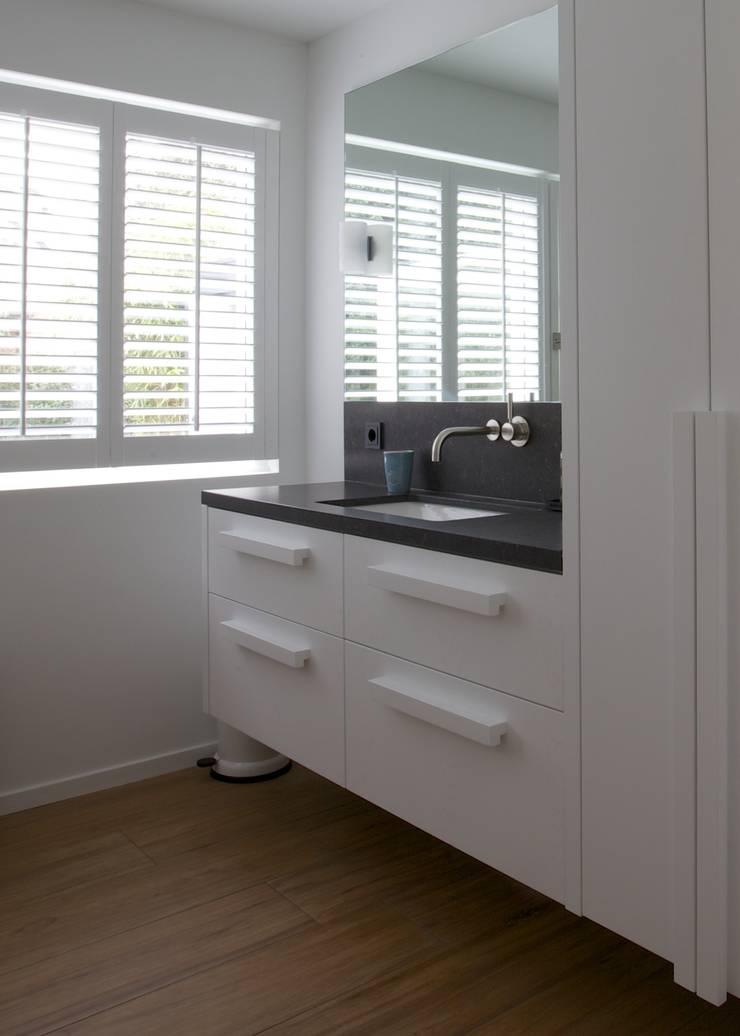Badkamer meubel op maat gemaakt:  Badkamer door Antonisseninterieurbouw