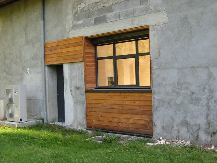 accès chaufferie: Maisons de style  par José villot architecte