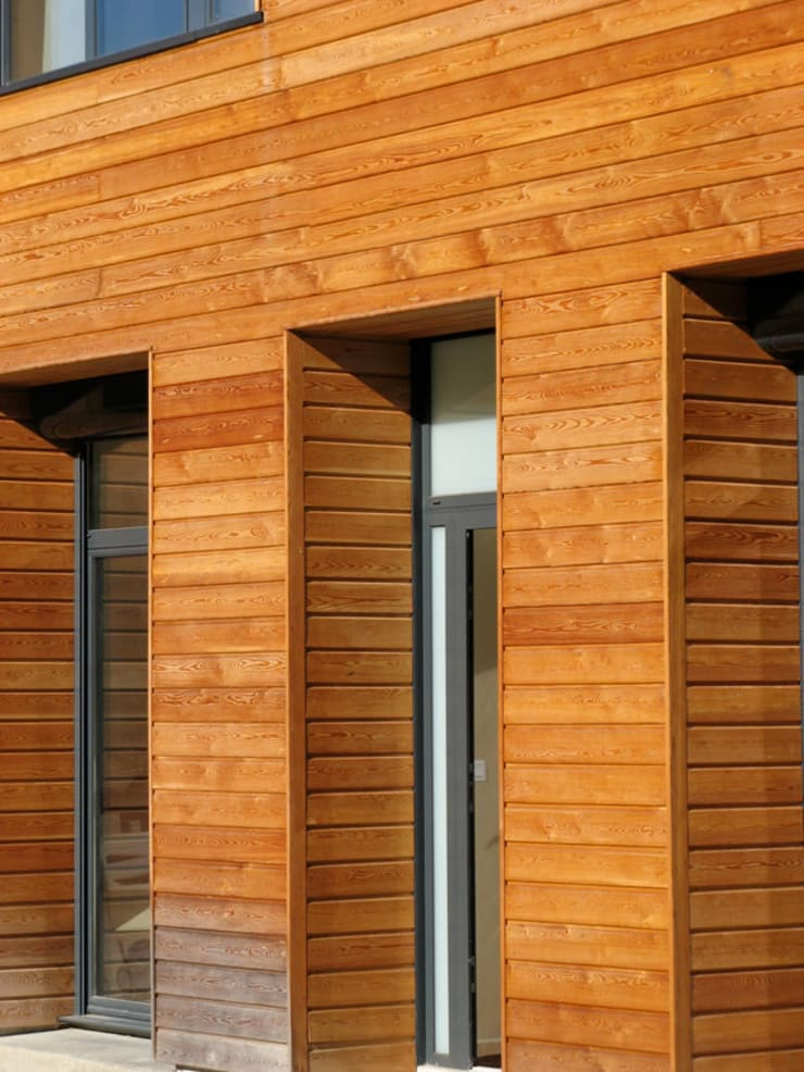 détail 1 du bardage en mélèze: Maisons de style  par José villot architecte
