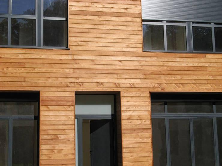 détail 2 du bardage en mélèze: Maisons de style  par José villot architecte