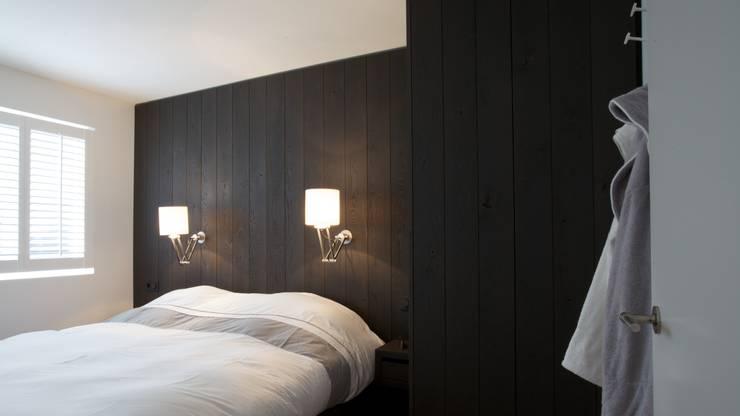Kastenwand in de slaapkamer (0- maat gemaakt):  Slaapkamer door Antonisseninterieurbouw, Landelijk