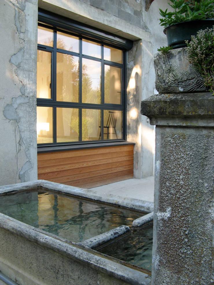 vue sur cour: Maisons de style  par José villot architecte