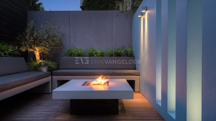 Vuurtafel sfeer modern:  Tuin door ERIK VAN GELDER | Devoted to Garden Design