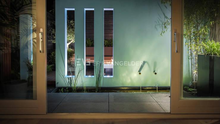 Patiotuin met muur vensters :  Tuin door ERIK VAN GELDER | Devoted to Garden Design