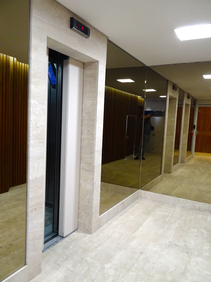 Escritorio Rua Funchal, Vila Olimpia: Corredores e halls de entrada  por CAMASA Marmores & Design